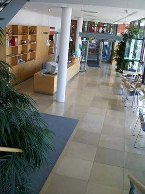 Eingangsbereich mit Ausleihtheke